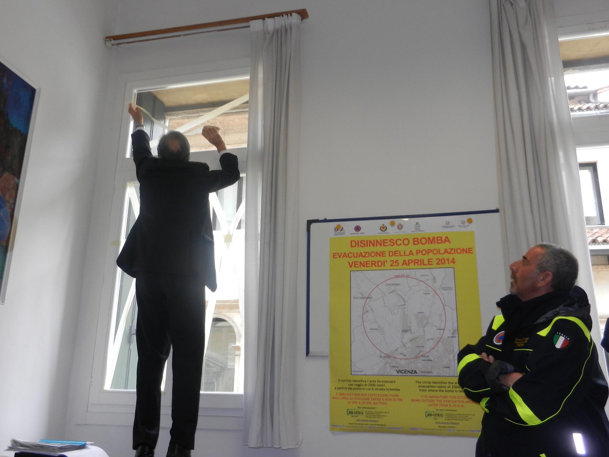 Bomba day 25 aprile durante l 39 evacuazione finestre chiuse e nastro adesivo sui vetri - Finestre all inglese ...
